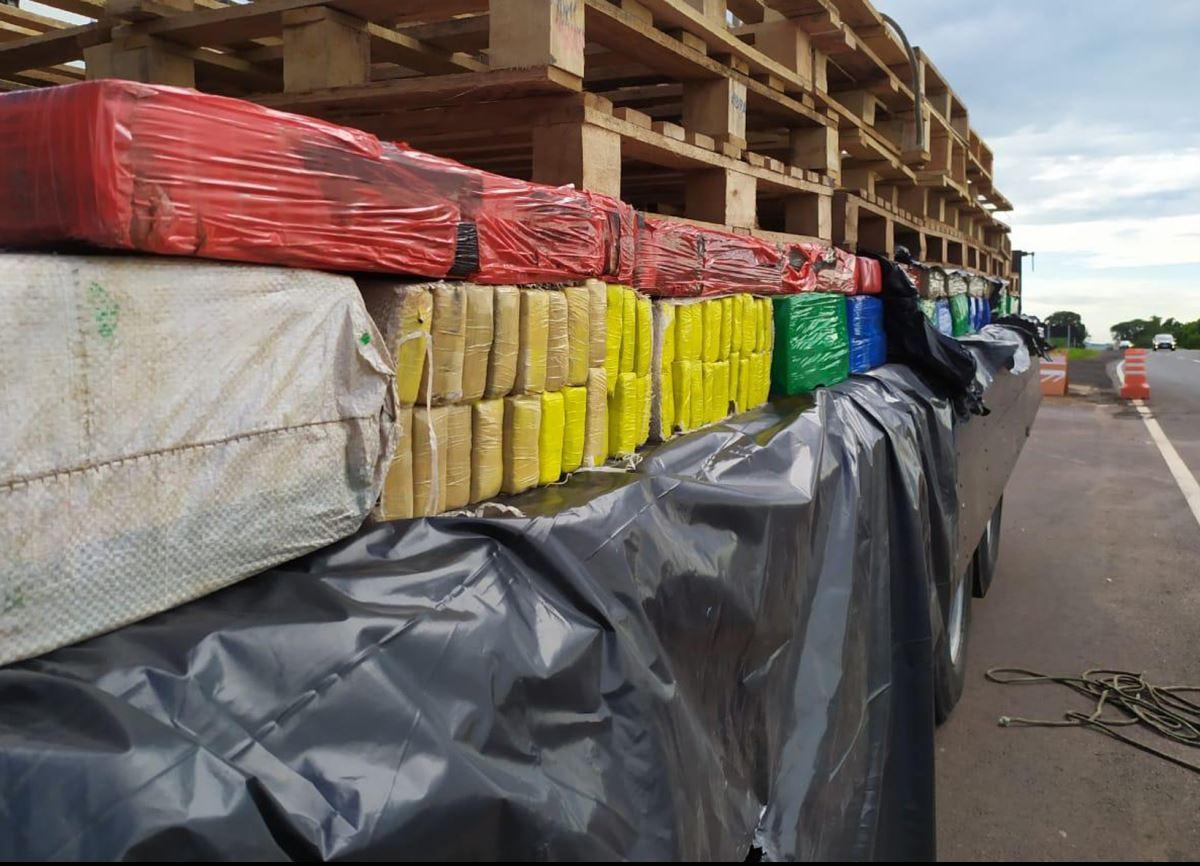 Polícia Rodoviária de Iporã apreende caminhão carregado com 3.500 kg de maconha e prende motorista